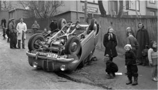 Trafikksikkerhetens utvikling. Noen tiår tilbake i tid, i Brubakken i Trondheim, en av illustrasjonene i boken. Her gjengitt med tillatelse fra Fagbokforlaget. Foto: Schrøder, Trondheim.