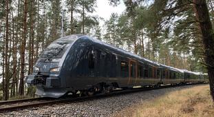 Hybridtog til Midt-Norge. Med nær 113 meters lengde er de nye togsettene vel dobbelt så lange som de gamle diesel-settene. Foto: Stadler