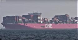 Containerskip i uvær. Etter tapet av containerne, gjorde skipet vendereis og nådde havn i Kobe. Foto: Klipp fra YouTube-video.