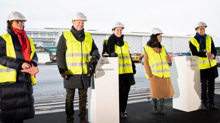 Bygging av Fornebubanen. Markering av anleggsstart. Fra venstre: Lisbeth Hammer Krogh (ordfører i Bærum), Raymond Johansen (byrådsleder i Oslo), Tonje Brenna (fylkesrådsleder i Viken), Lan Marie Nguyen Berg (byråd i Oslo) og Knut Arild Hareide (samferdselsminister). Foto: SD/TLM