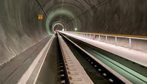 En ny Ulriken jernbanetunnel. Den nye tunnelen er ifølge jernbaneeier Bane NOR den første jernbanetunnelen i Norge med støpt fastspor. Det skal gi mindre vedlikehold og lengre levetid enn spor lagt på pukk og sviller. Illustrasjon: Foto: Bane NOR/Stine Undrum