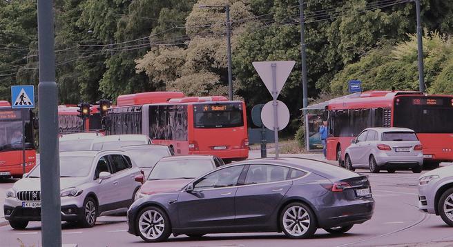 «Modellen vår viser hvordan man kan justere kollektivpriser og bompenger for å oppnå en optimal balanse mellom kollektivtransport og bilkjøring i både rushtiden og utenom rush», skriver kronikkforfatterne. Illustrasjonsfoto: F. Dahl