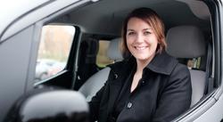 Stort elbilsalg. Christina Bu, generalsekretær i Norsk elbilforening, gleder seg over stort salg av nye elbiler. Foto: Norsk elbilforening