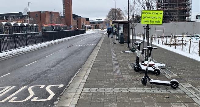 Strid om elsparkeytkler. Kollektivterminalen i Lillestrøm, foto signert Frode Hofset. «Ikke problemer med elsparkesykler her», lyder hans kommentar til bildet.
