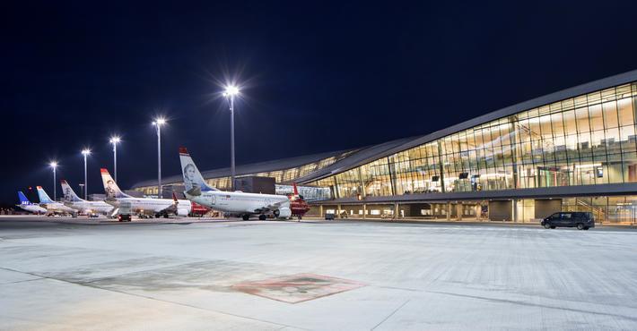 Koronatid på flyplassen. Oslo lufthavn, en av mange flyplasser i verden som ikke syder av aktivitet nå for tiden. Foto: Avinor - Nordic Office of Architecture - Ivan BroderyStille