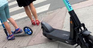 Sparkesykkel og elsparkesykkel. Det er forskjell på en liten umotorisert sparkesykkel og en stor elsparkesykkel, poengterer Stein Leikanger, som vedlegger dette bildet til sitt innlegg. Foto: Stein Leikanger