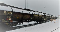 Fra veil til bane i Oslo havn. Dette jernbanesporet, nå brukt av tog som transporterer flydrivstoff ut fra havnen, kan utnyttes bedre, mener ledelsen i Oslo Havn. Foto: Hans Kristian Riise/Oslo Havn