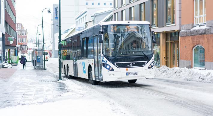 Tidsdifferensierte enkeltbillettpriser. «Troms og Finnmark fylkeskommune har valgt å innføre tidsdifferensierte priser på enkeltbilletten med bybusser fra 1. februar 2021», skriver artikkelforfatterne. Dette er i tråd med en anbefaling fra artikkelforfatternes arbeidsgiver, Urbanet Analyse/Asplan Viak. Illustrasjonsfoto: Troms fylkestrafikk
