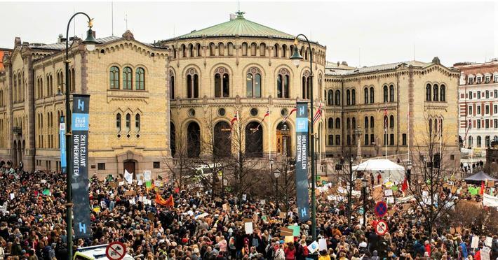 Demokrati og trafikksikkerhet. Rune Elvik finner at Norge er det blant 148 kartlagte land som har høyest score for demokrati og lavest antall drepte i trafikken per 100 000 innbyggere. Illustrasjonsfoto: Stortinget/Peter Mydske