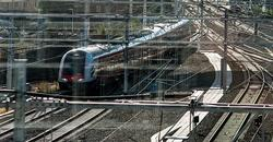 Jernbane, vei, samfunnsøkonomi. «Elektrifisering av nye jernbanestrekninger regnes som en investeringskostnad for jernbane, mens elektrifisering av vegsektoren dekkes gjennom subsidier av elbiler», skriver kronikkforfatteren. Illustrasjonsfoto: Rejlers