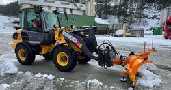 Elektrisk veirengjøring. Den nye maskinen rekker å få prøvd seg mot litt snø før det er tid for vårfeiing. Foto: Statens vegvesen.