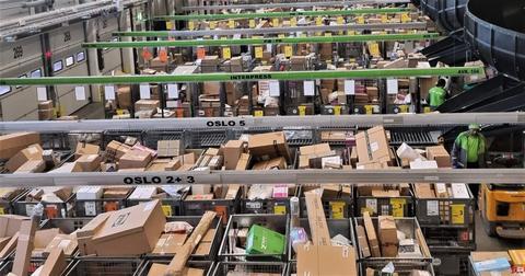 Pakkepost. Noen sliter i disse pandemi-tider med mangel på kunder – mens Posten sliter med vel mange kunder. Foto: Posten Norge