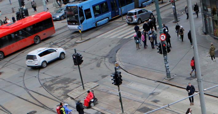 Mer kollektivreising, mindre bilkjøring. «I Oslo kommune har nesten 80 % av befolkingen svært god tilgang til kollektivtransport, mot 19 % i Viken», skriver artikkelforfatterne. Illustrasjonsfoto: F. Dahl