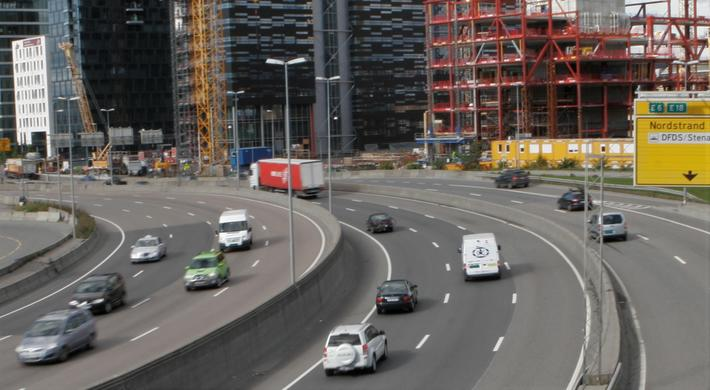 Samfunnsøkonomi og biltrafikk i byer. Artikkelforfatteren fokuserer på forholdet mellom samfunnsøkonomi og biltrafikk i byområder, «ettersom dette berører noen faglige spørsmål som jeg mener fortjener mer oppmerksomhet.» Illustrasjonsfoto (fra tiden før en omfattende veiomlegging i denne delen av Oslo fant sted): F. Dahl