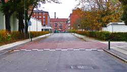 Opphøyd kryss for økt trafikksikkerhet. Figur 1. Dette eksempelet på opphøyd kryss i Danmark finnes i Frederiksberg kommune. Dette krysset er etablert med rødt belegg for å gi økt synlighet og oppmerksomhet. Foto: Via Trafik.