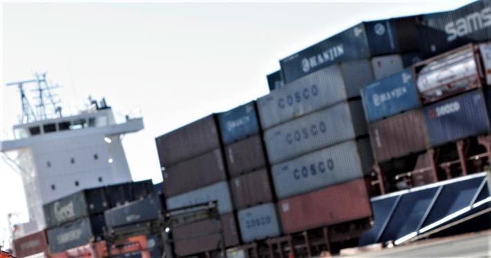 Gods over fra vei til sjø. «Samferdselsdepartementet har satt ansvaret for sjøtransport og godsoverføring ut til Kystverket i Ålesund; en etat som gjør et godt arbeid i farledsforvaltning og sjøsikkerhet og som har tilsynsmyndighet for havnene, men ingen virkemidler etter havne- og farvannsloven», poengterer Dag Bakka. Illustrasjonsfoto: F. Dahl