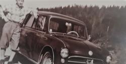 Da bilen ble allemannseie i Norge. En stolt Oslo-bileier omkring 1960, i den tiden da, som Rune Elvik skriver, bilen gikk «fra å være en sjeldenhet til å bli allemannseie» i Norge. Foto: Fra et privat arkiv.