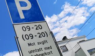 Mangel på P-plasser. «I byene, især i Oslo, er knappheten på parkeringsplasser trolig med på å skyve barnefamiliene ut i omegnskommunene», skriver Lasse Fridstrøm. Illustrasjonsfoto: F. Dahl
