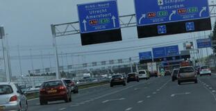 «På sikt vil EUs strategi kanskje overflødiggjøre de norske elbilinsentivene og slik gjøre det mulig å gjeninnføre bilavgifter – for eksempel i form av veiprising – som fordeler veibrukskostnadene mer rettferdig og rasjonelt mellom alle typer trafikanter», skriver Lasse Fridstrøm. Illustrasjonsfoto fra Nederland: F. Dahl